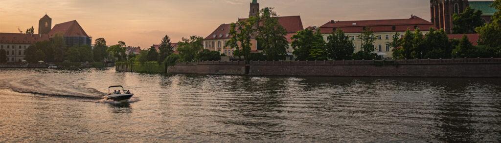 kurs sternika motorowodnego kursy motorowodne wodniacy wroclaw kurs sternika motorowodnego motorowka plynie przez centrum Wrocławia ostrów tumski